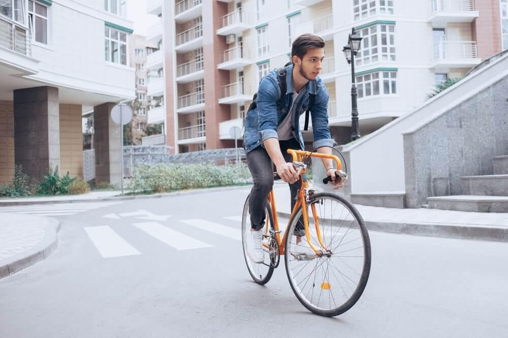 jeune homme sur son vélo