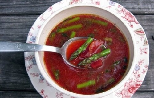 Soupe de légumes à la betterave rouge.