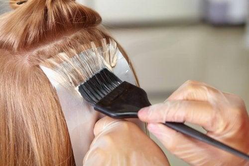 Les décolorations affectent la santé des cheveux.