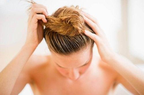 Attacher les cheveux humides affecte la santé des cheveux.