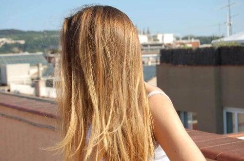 Le soleil affecte la santé des cheveux.