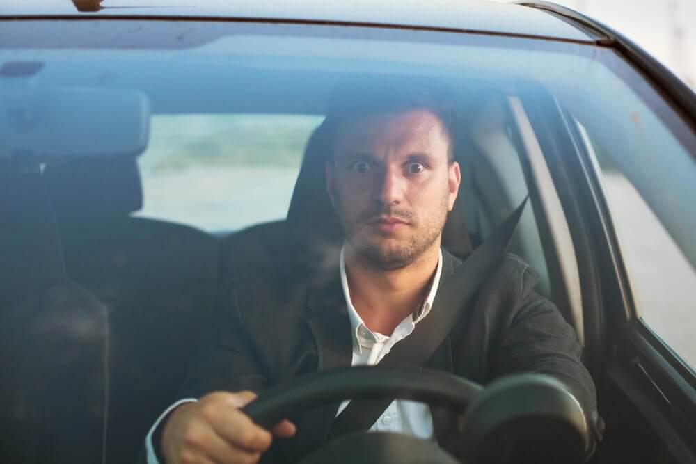homme stressé au volant