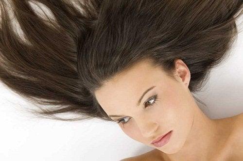 laver moins souvent les cheveux moins