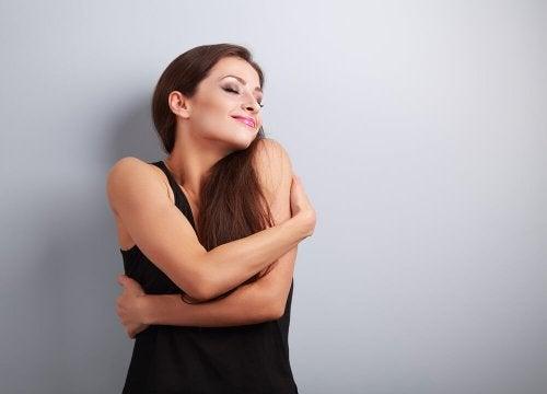 Femme qui s'enlace elle-même