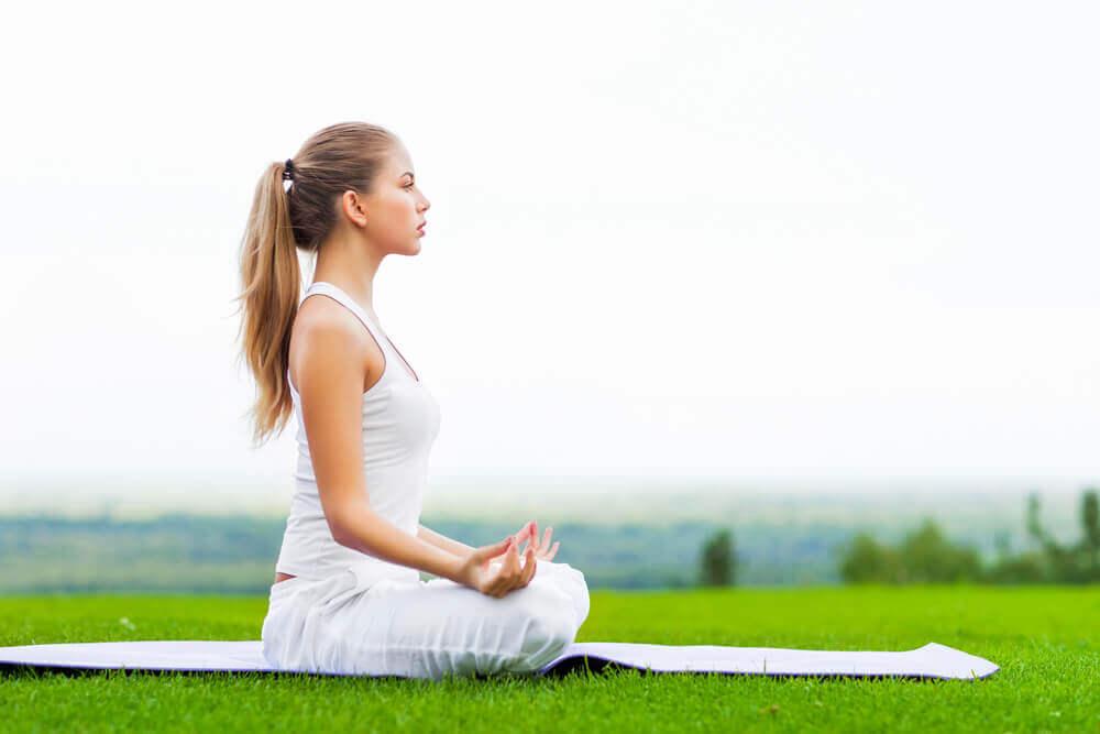 Une femme qui pratique le yoga