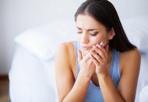 Une femme qui a mal aux dents.