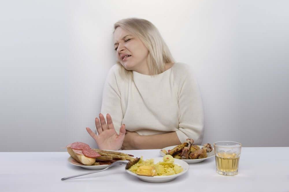 Une femme qui souffre d'intoxication alimentaire