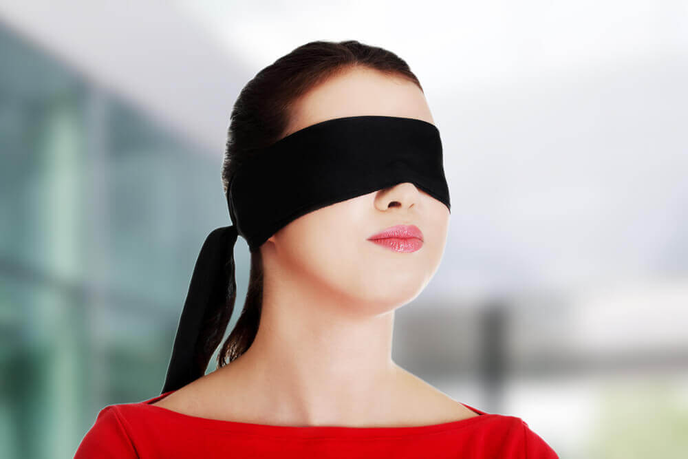 femme avec les yeux bandés