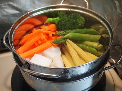 Des légumes dans une casserole