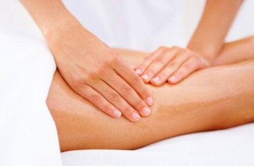 Massages pour traiter les jambes sans repos