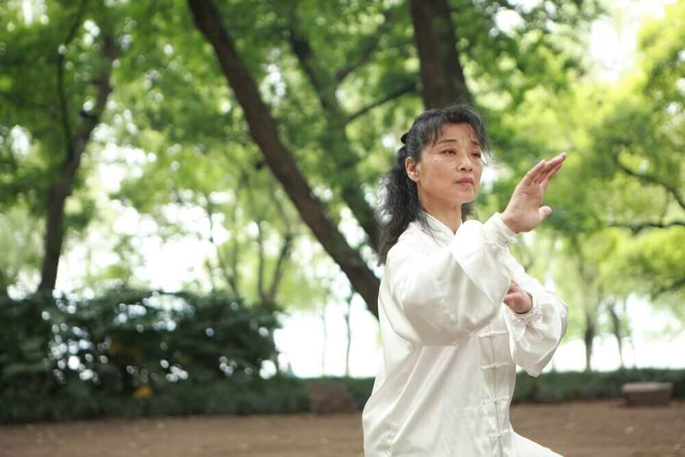 Une femme qui pratique le tai chi