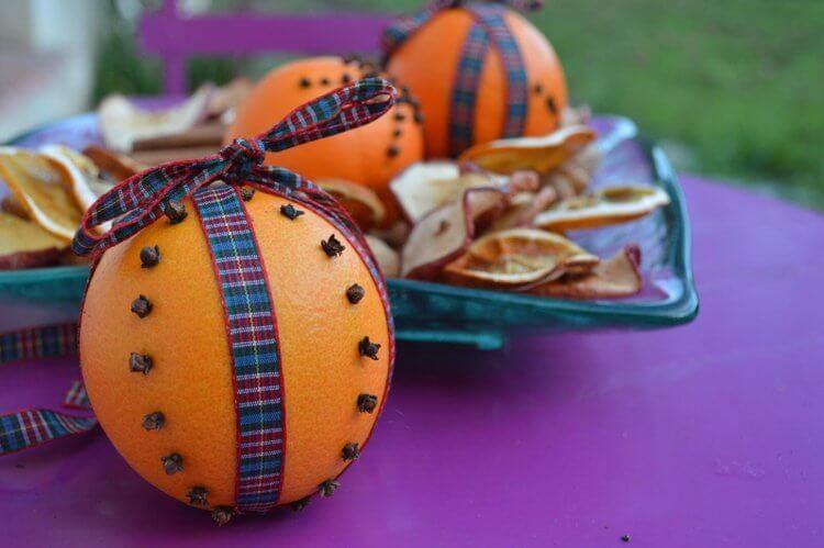 embaumez votre maison avec des clous de girofle plantés dans une orange
