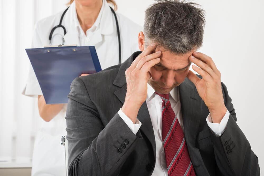 homme ayant la migraine en consultation médicale