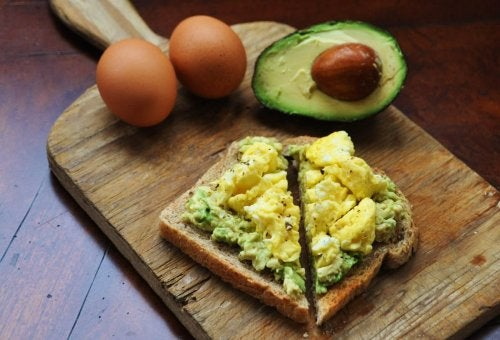 avocat oeufs tartine pain
