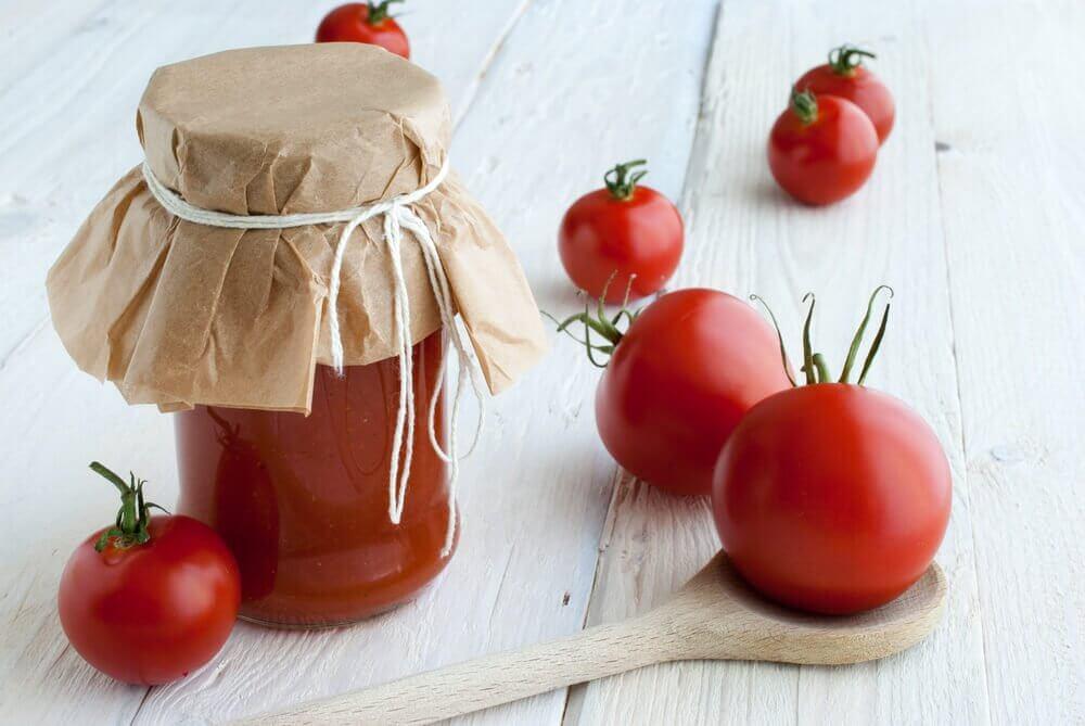 farine de maïs et tomate pour des cheveux brillants