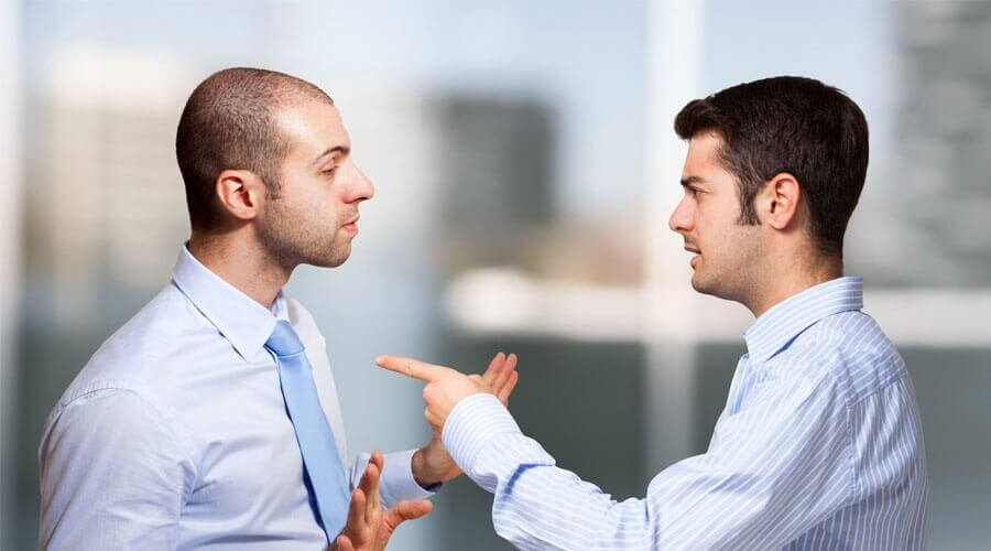 hommes qui communiquent