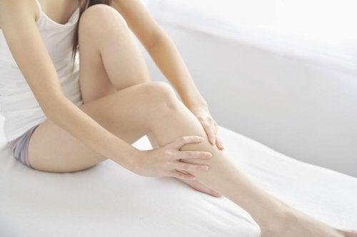 Zoom sur les jambes d'une femme