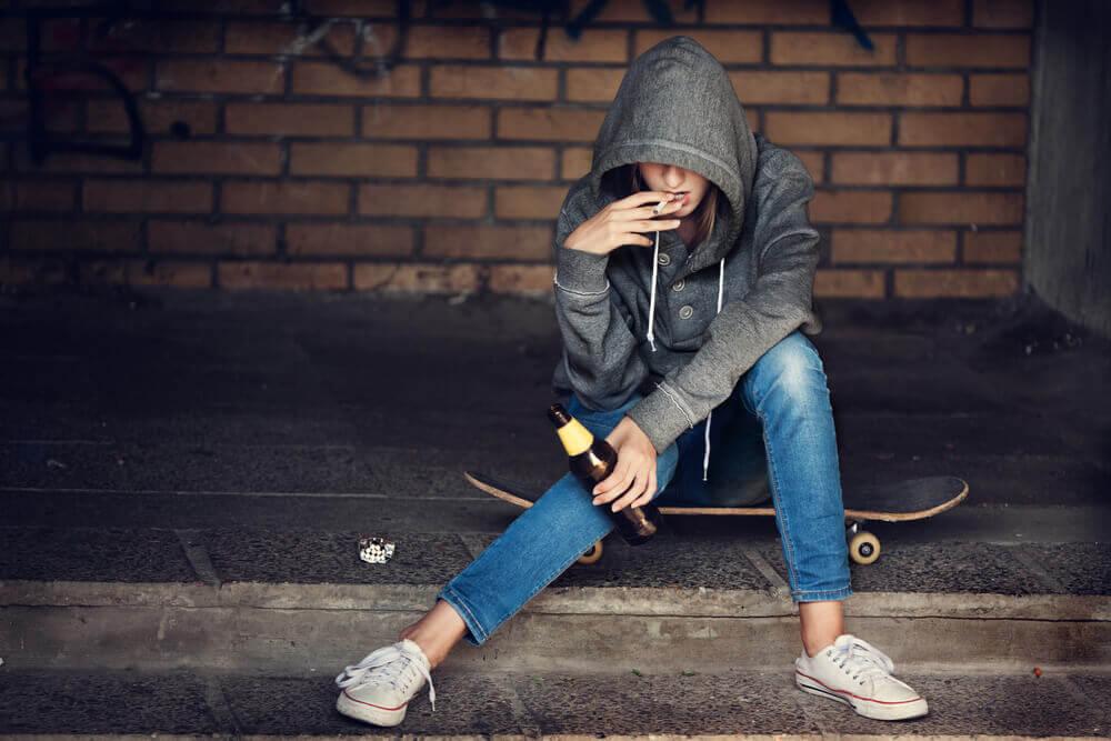 adolescente qui fume de la drogue