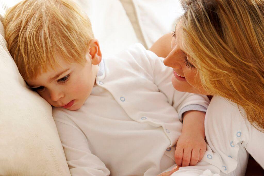 enfant calmé par sa mère