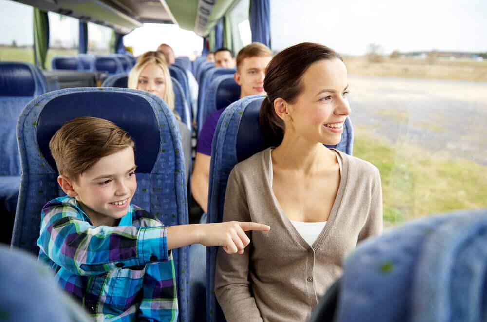 mère et enfant dans un bus
