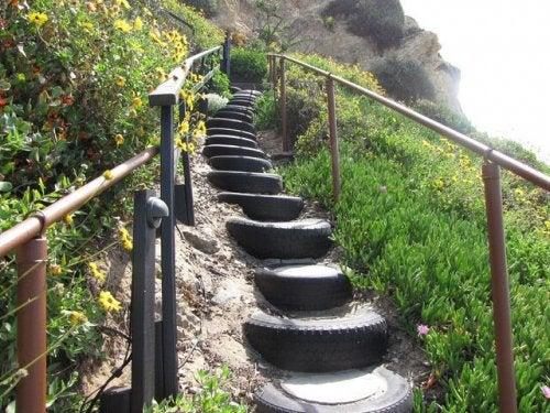 Escalier avec des pneus.
