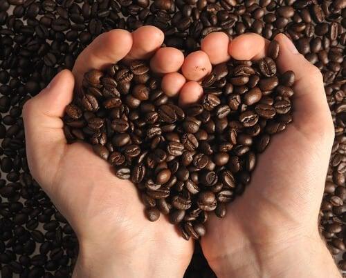 Marc de café pour éliminer les points noirs.