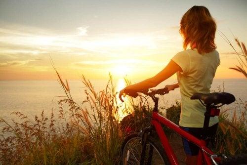 Femme à vélo qui contemple un paysage