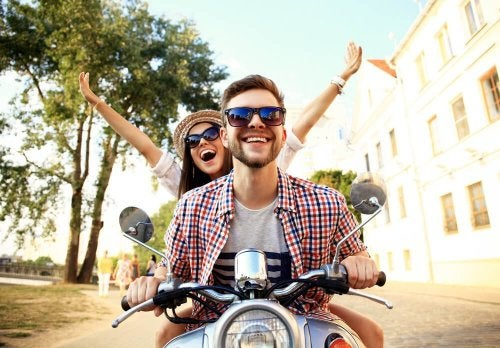 une femme et un homme en moto