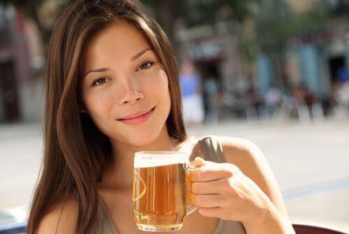 femme qui boit une bière