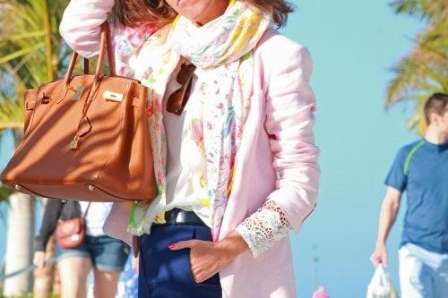 Femme avec un sac à main au bras