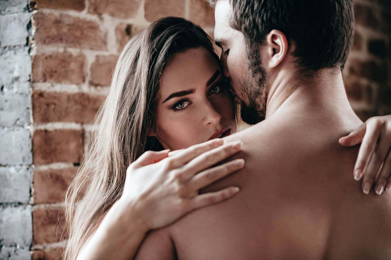 femme séductrice enlaçant un homme