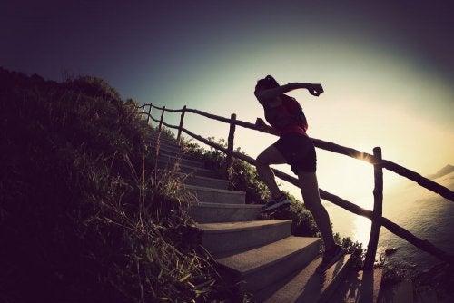 Femme qui monte les escaliers