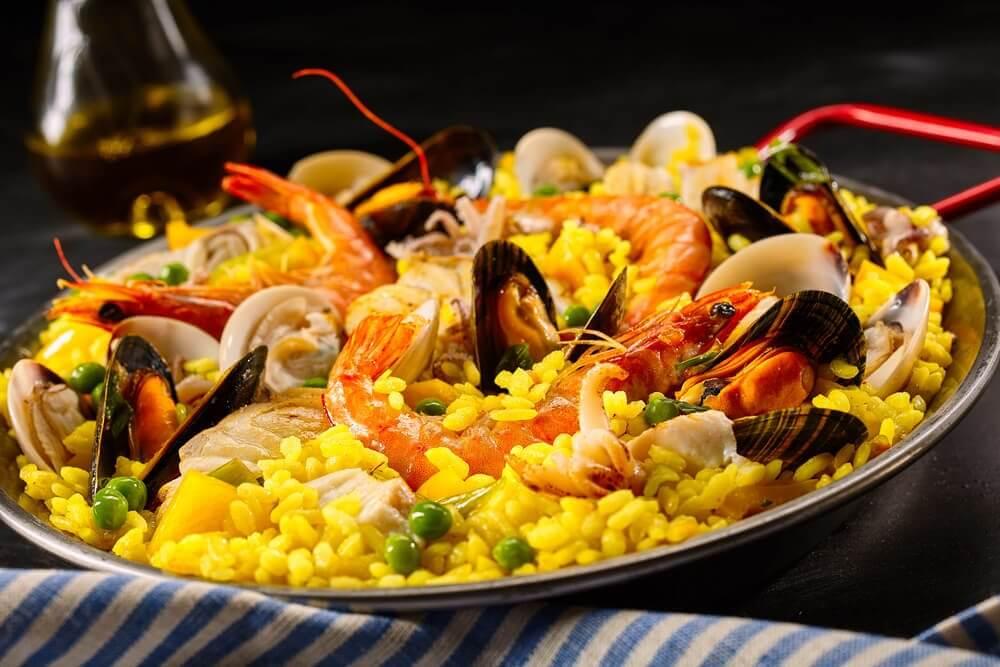 La paella fait partie des recettes à base de riz très populaires.