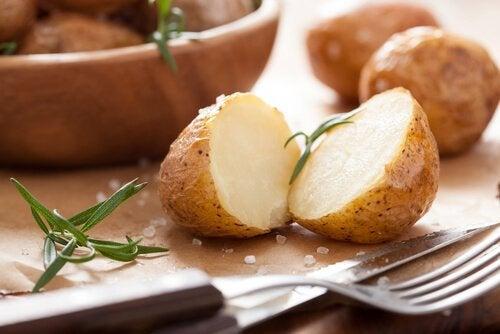 Une pomme de terre coupée en deux