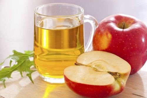 pomme et verre de jus de pomme