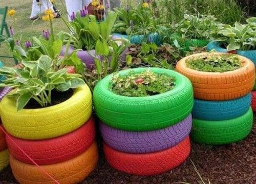 Des pots de fleurs avec des pneus.