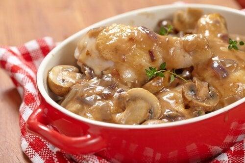 Recette de pommes de terre avec une sauce aux champignons