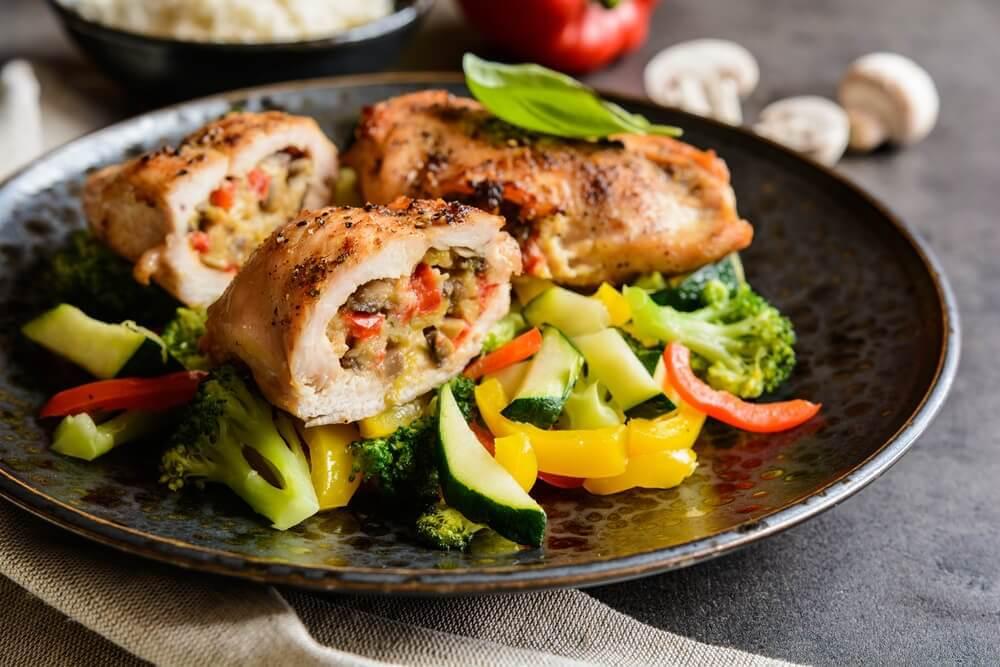 poulet et légumes vapeurs avec de la purée de pommes de terre