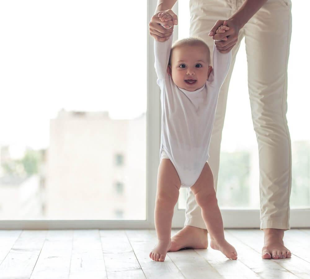 bébé qui marche