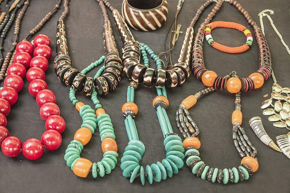 des colliers et bracelets étalés sur une table