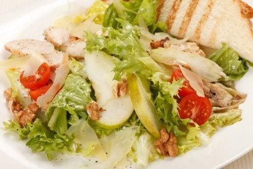 salade césar aux pommes et à la moutarde.