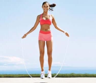 Femme qui saute à la corde