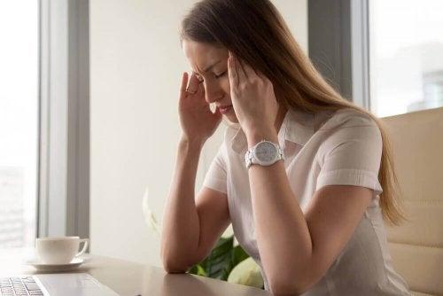 Femme qui a mal a la tête