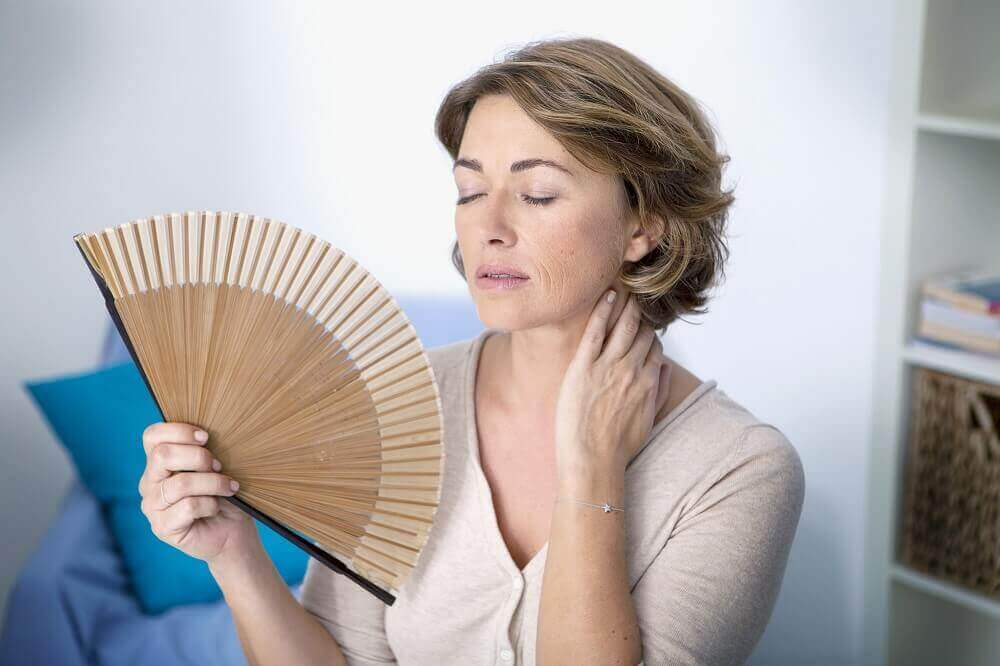 les bouffées de chaleur sont l'un des symptômes de la ménopause