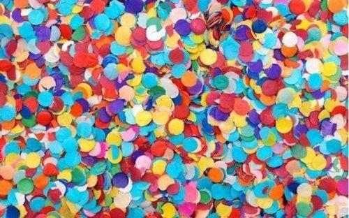 accessoires pour anniversaire : cadres avec des confettis