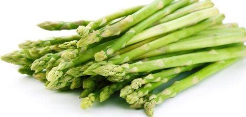 faire aimer les légumes à vos enfants : asperges en forme de bateau