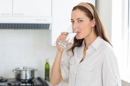 Boire de l'eau pour avoir une peau saine.