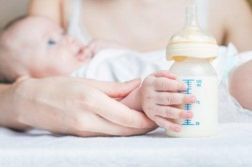 Peut-on donner du lait maternel et du lait maternisé dans le même biberon ?