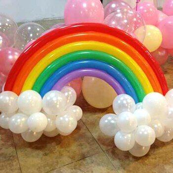 des ballons en forme d'arc-en-ciel