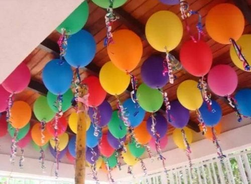 des ballons accrochés au plafond